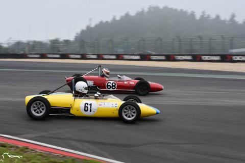 AVD Lotus 20 n°68 of Bruno Weibel sliding side by side with Merlyn MK 3 n°61 of Jörgen Brynne